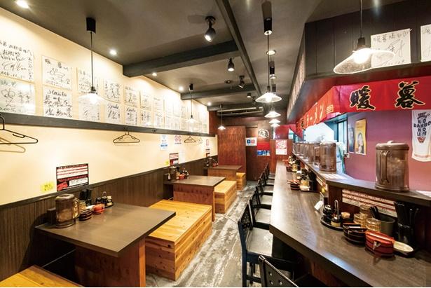 カウンターの無料高菜は宮崎産。みずみずしさが残る漬かり具合 / ラーメン暖暮 西新店