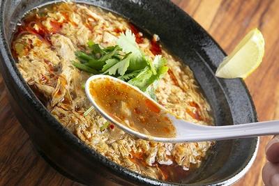 鶏ガラ・豚骨のあっさり清湯に14種のスパイスと4種のハーブを加えたスープ。スパイシーな香りだが、辛さはほとんどない。ライムを絞ると爽やかに