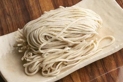 麺は「村上朝日製麺所」の中太ストレート。平打ちタイプでスープとよく絡む。モッチリとした食感でコシもしっかりある