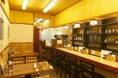 店内はスパイスの心地よい香りが漂い、食欲を誘う。カウンターの棚にはさまざまなスパイスがズラリと並ぶ