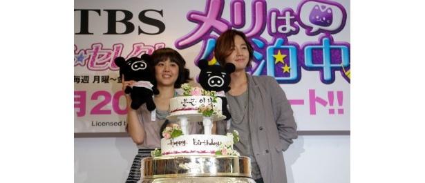 【写真】グンソクがグニョンにサプライズで誕生日ケーキをプレゼント