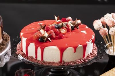 「血のベルベットケーキ」は、赤いスポンジにマスカルポーネのクリームをサンドした