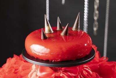 ミックスベリーのゼリーを挟んだレアチーズケーキ「赤いスタッズケーキ 」