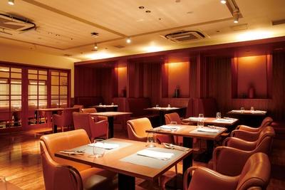 【写真を見る】洗練された空間は、大人の隠れ家的な雰囲気。広々としたテーブル席のほか、個室も完備 / 肉 澤正