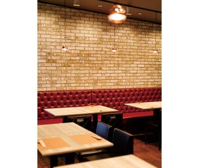 ブルックリンスタイルの現代的内装。大須の路地裏にある重厚な鉄扉をくぐると隠れ家的空間が広がる / 牛ひつまぶし専門 sakai