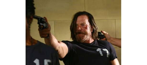 【写真】ゲームに強制参加させられる囚人パトリックに扮するミッキー・ローク