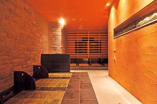 「薬草効石房」。蒸気により適度に加湿された空間で心地よく発汗/天然大和温泉 奈良健康ランド