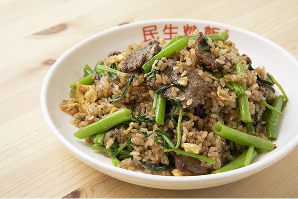 台湾の醤油で下味を付けた柔らかな牛肉入りの、「牛肉炒飯」(1,000円)。台湾由来の魚醬で味付けした。空心菜は小松菜の時もある。付け合わせの激辛醬(げきからじゃん)で味変もぜひ