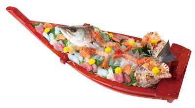 【写真を見る】食べきれないほどボリューム満点な「活造りコース」(税込 1人5000円、2人以上で前日までに要予約) / 料理民宿 岩正
