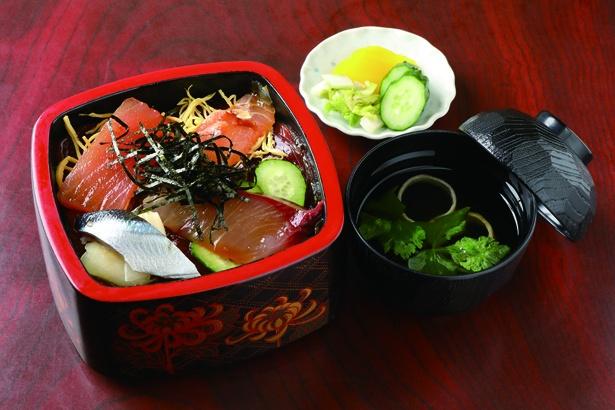 甘めの酢飯に、甘辛い自家製ダレで仕込んだカツオや旬の魚がのる「海女のてこね(上)」(税込 1100円) / プリンス