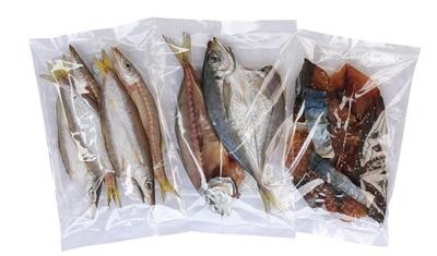 カマス(左)やアジ(中)など、脂ののった旬の魚を一夜干しにした「自家製干物」(3袋 1000円) / 八百竹商店