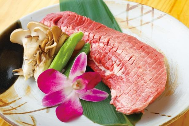 【写真を見る】和牛の牛タン半分をそのまま焼く豪華なメニュー「塊焼き」(4980円~) / 肉亭 たんまみれ