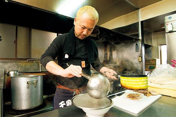 研究熱心で「東京でよく見かけるから」と、 佐野では珍しい鶏油も取り入れた店主・大芦和久さん