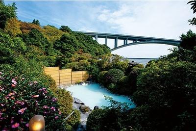 明礬橋、湯けむりを望む景観は深い歴史を感じさせる / 岡本屋旅館