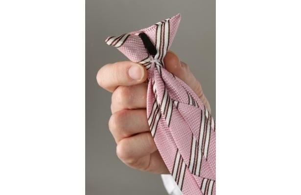 【画像を見る】涼しい上に朝の時短テクにも! ネクタイに付いているクリップを使った装着方法はこちら