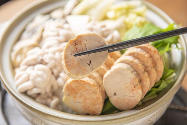 「悪魔の誘惑!&家の痛風鍋」(2,480円 注文は2人前~、写真は2人前)。あん肝、白子、カキがたっぷり。魚のアラでとったダシとあん肝味噌のスープを合わせることでさらにコクが増す