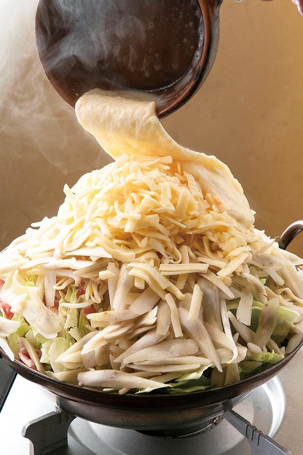「悪魔鍋チーズ海&ミルフィ ーユ仕立て」(980円 注文は2人前~、写真は4人前)。ミルフィーユ状のキャベツと豚バラにチー ズをのせ、追いチーズソースをかける