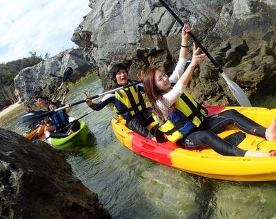 シーカヤックでは岩の合間を縫って進むようなコースもあり、ちょっとした冒険気分も味わえます。安定度が高いタンデム艇を使用するため、お子様にも