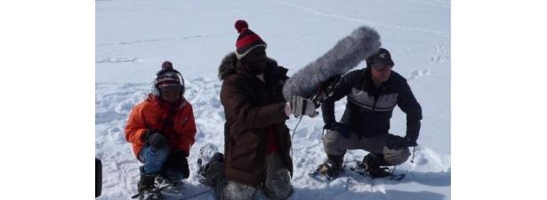 【写真】流氷の音を録るボビー・オロゴンほか各地の録音の様子