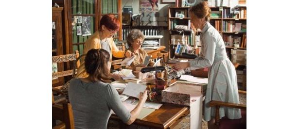 【写真】ジュリエットの家の中で手紙の返事を書くジュリエットの秘書たち