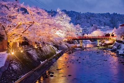 昼間のにぎやかな雰囲気とは違う静けさが情緒を誘う。雪が降ると、よりいっそう中橋の赤色が引き立ち、風景によく映える / 冬の飛騨高山ライトアップ