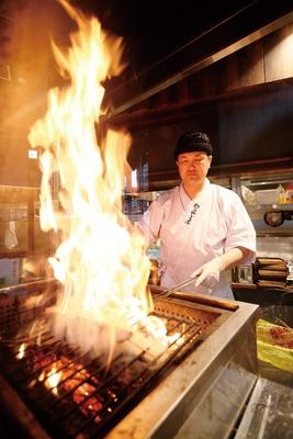 火柱に大興奮。ワラの焼ける香りが漂い、視覚や嗅覚から食欲を刺激される