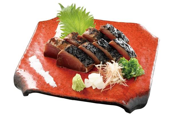 【写真を見る】土佐の名物料理、伝統的なワラ焼きでいただく「かつをの塩たたき 」(1490円)