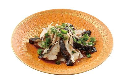 さっぱりとした白身は栄養価が高く、皮にはコラーゲンが豊富。ダシポン酢と薬味のぶっかけスタイルなので、そのまま味わおう「うつぼの藁たたき」(1490円)