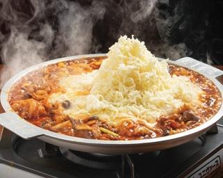 真っ赤な鍋に15cmのチーズマウンテンがそびえる!?ハイカロリーで背徳的に旨い名古屋駅の「悪魔鍋」