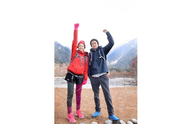 上高地の山開きに参加した長澤まさみと小栗旬(右)