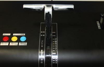 「実写版 東急田園都市線・東横線運転シミュレータ」には、実際の車両で使用されている「マスコン」(ハンドル)が使用されている