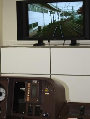 運転台の前に座ると、目の前にはこれまた見覚えのある風景が! 電車は「代官山」「中目黒」「祐天寺」といった本物の駅を通過していく