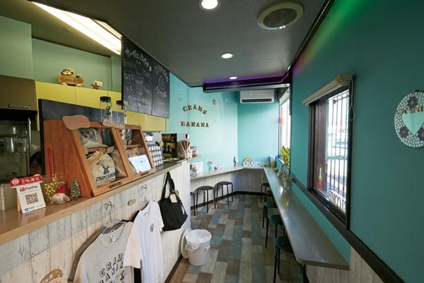 店内は南国のような雰囲気。オリジナルのかわいいトートバッグや多彩なシールも購入可/CRAMS BANANA 高槻本店