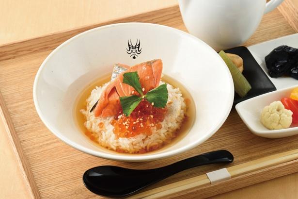 香ばしい切り身を贅沢に使った、紅鮭とイクラ茶づけ(950円・税込)/暫