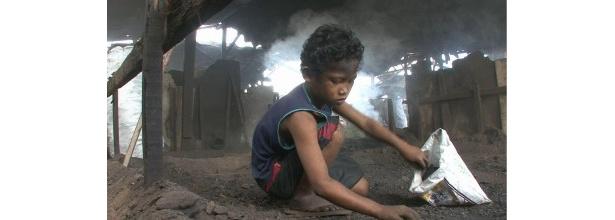 【写真】マニラのトンド地区の近くに住む少年