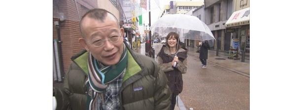 久しぶりに会ったという2人は、街を歩きながら世間話で盛り上がる