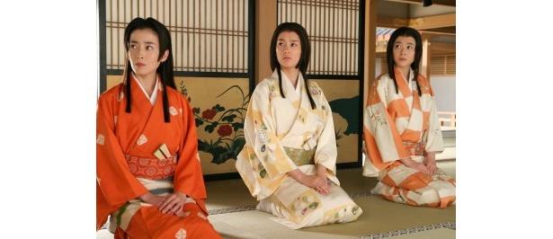 【写真】秀吉に、なかたち家族を紹介され憮然とした表情であいさつする江、茶々(宮沢りえ)、初(水川あさみ)