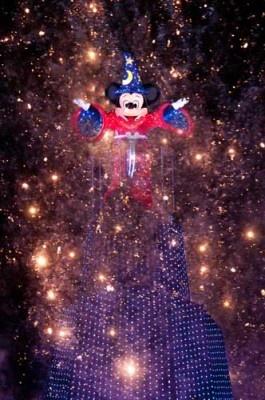 新ナイトタイム・スペクタキュラー「ファンタズミック!」では、ミッキーマウスが魔法使いのコスチュームで登場!