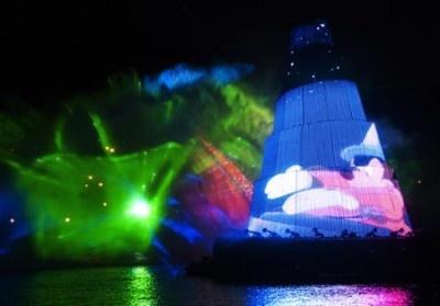 【写真】バージ(船)に映し出される映像とウォータースクリーンの効果で、不思議な臨場感を味わえる演出がたくさん!