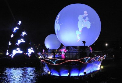 水晶のようにも見える球体のスクリーンが登場すると、ジーニーが魔法の世界を披露
