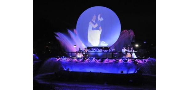 ワルツ組曲が流れる中、白雪姫とプリンスをはじめとするディズニー映画のプリンセスやプリンスたちが、それぞれワルツを踊る