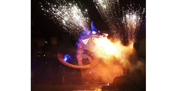 魔法の鏡の中から、高さ15mの巨大ドラゴンが登場!