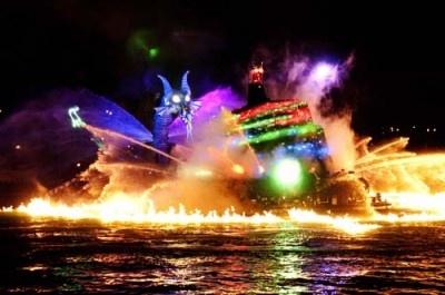 ドラゴンは火を吐き、ミッキーを火の海に包み込む