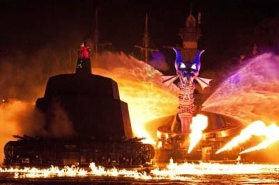 ドラゴンの羽と手の部分は、ウォータースクリーンによって映し出される