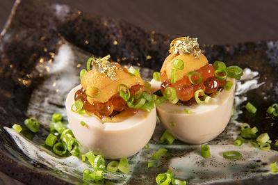 「煮卵のイクラウニのせ」(650円)は、秘伝のタレで煮た卵に金箔などをのせ豪華に