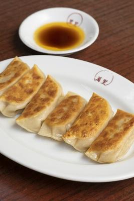 「焼餃子」(374円)は、6個入り。モチモチの皮に包まれたあんは白菜、豚肉、ニンニク、生姜のみ。生姜が効いたあっさりした旨味で何個でも食べられる