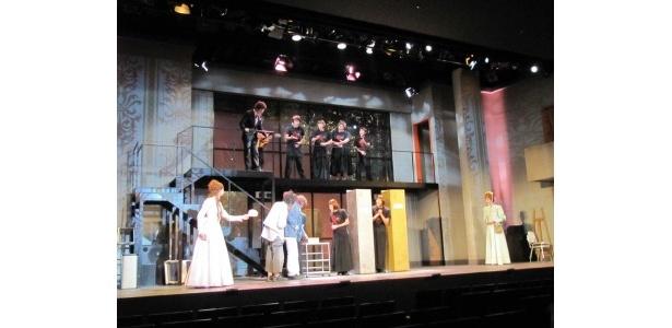 劇中は、セリフやセットにも物語が分かりやすくなる工夫が施されている