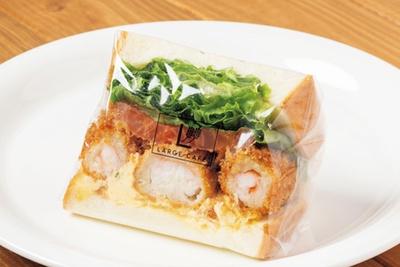 ラルジュ杁中の惣菜系で最もボリュームがある「太~いエビフライとたまごタルタル」(580円) / ラルジュ杁中