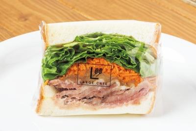 肉の旨味、キャロットラペの酸味、オニオンスライスとレタスの食感が見事なハーモニーを織り成す。「ローストビーフ和風オニオン」(500円) / ラルジュ杁中