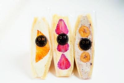 「パインのフルーツサンド」(左 500円~)、「いちごのフルーツサンド」(真ん中 500円~)、「バナナのフルーツサンド」(500円~) / フルーツ工房 デザーラ